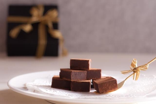 お皿に盛り付けられた生チョコ