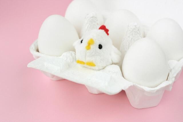 いくつもの卵と鶏の人形