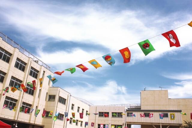 運動会の小学校に飾られた旗
