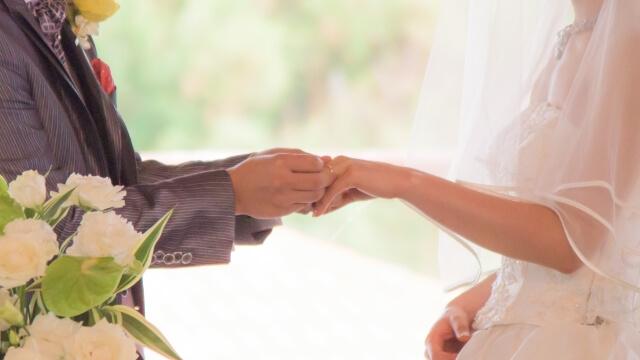 結婚式に指輪の交換をする新郎新婦