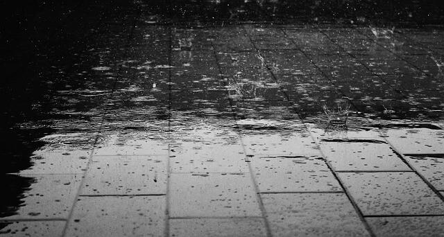 街の歩道に降る雨