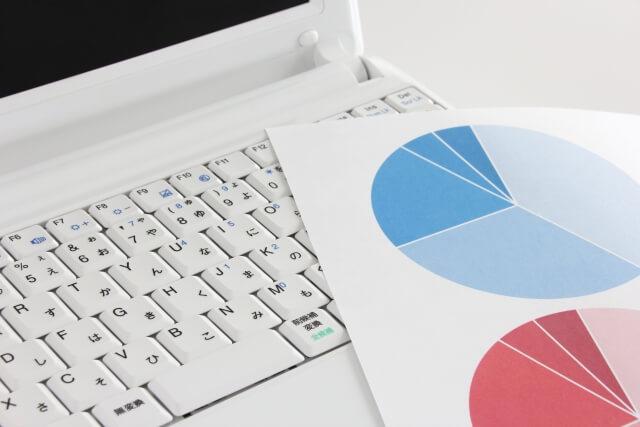 ノートパソコンと資料