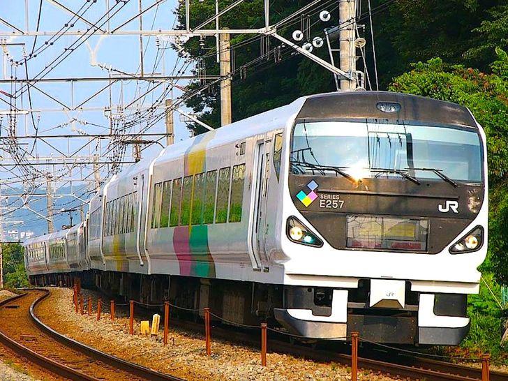 新宿と松本を結ぶ特急あずさ(E257系)