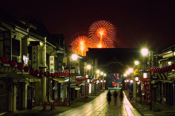 善光寺参道から眺めたえびす講煙火大会の花火