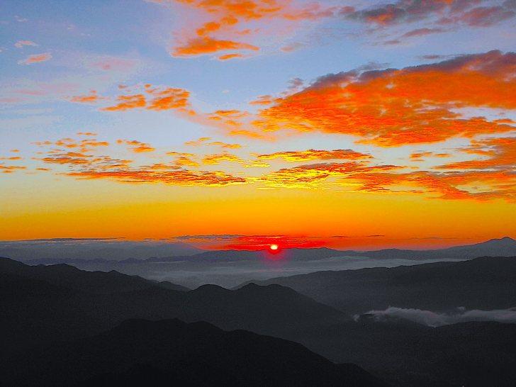 この日はちょうど霧ヶ峰の上から太陽が昇りました