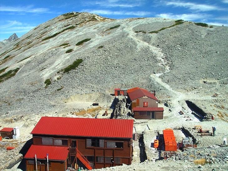 天狗池の紅葉探勝の基地として絶好の南岳小屋