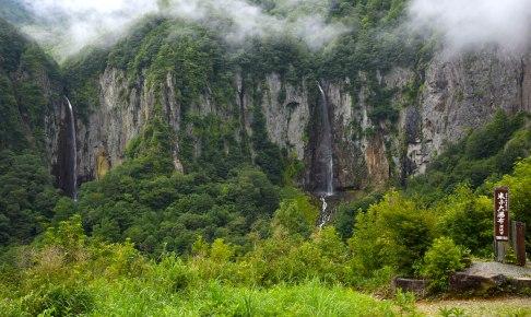 権現滝(左)と不動滝