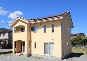 太陽光発電を載せた南欧風住宅の画像