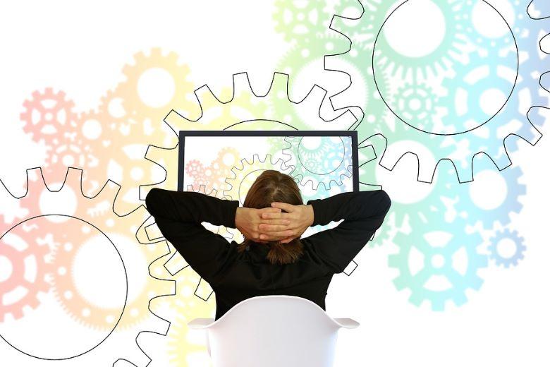 パソコンの前で思考を巡らす人