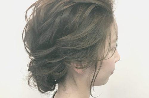 前髪を上げたアップスタイル