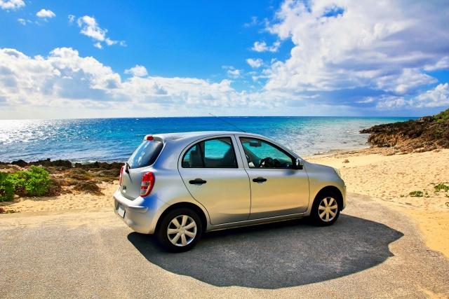 沖縄の海とレンタカー