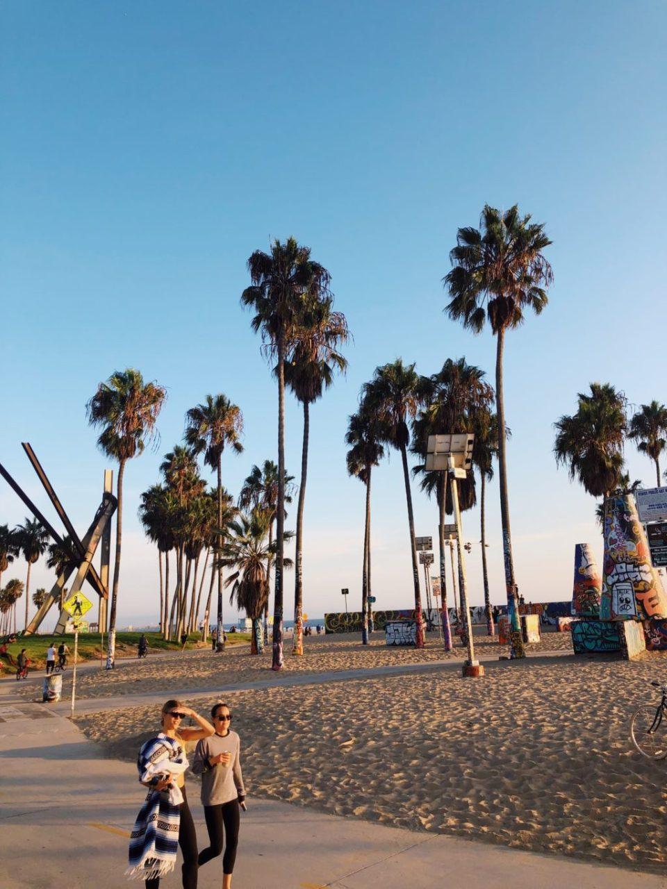 ベニスビーチ沿いの散歩道