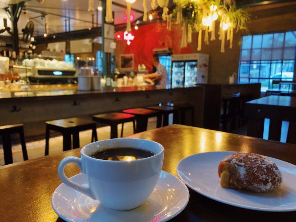 ザ・ローズベニスのピーナツクリームパンとコーヒー