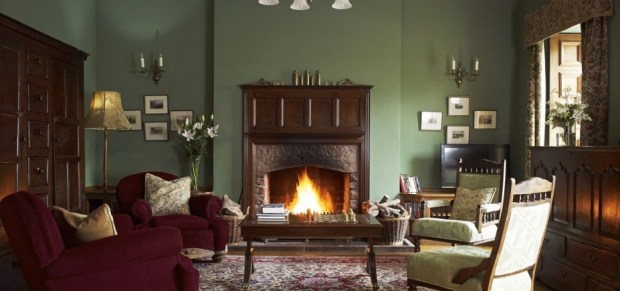 the-library-and-its-fireplace-928x435