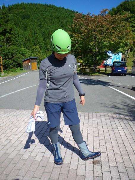 ヘルメットを被り、地下足袋を履きます。