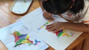 地図:見本を見ながら手元の白地図に着色する。 同時に、その地方の特産品などを調べる。