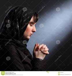 moment-quiet-faith-as-young-woman-prays-18635683[1]