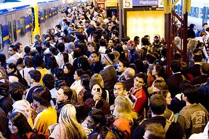 Peak hour commuters cram onto the platforms at Flinders Street station. (photo by theage.com.au)