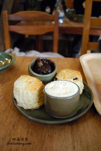 最英式的午茶点 - scone (一种英式圆饼)涂上奶油和果酱!