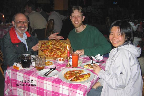 在昆明,美国老人和他的侄子带我和Ed去昆明最好比萨饼店吃!!