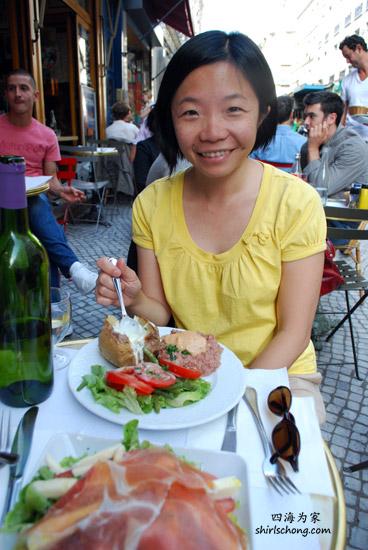 我在巴黎吃beef tartare ! 同一道菜,午餐比晚餐便宜,那我当然是在午餐去吃啦! :)