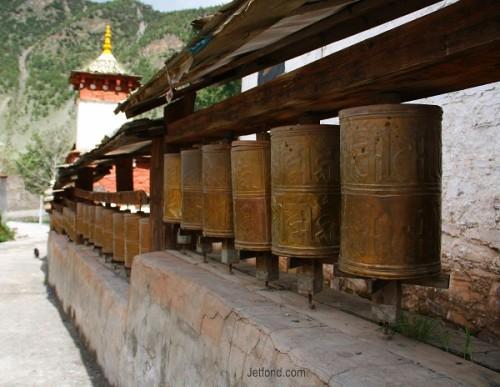 寺内的转经筒 (从稻城县城去亚丁村沿途拍摄)
