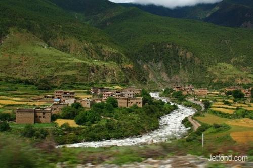沿途藏寨 (从稻城县城去亚丁村沿途拍摄)