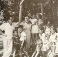 先代学園長夫妻と子どもたち