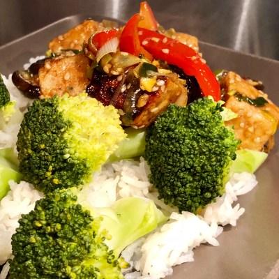 Crispy tofu met roerbakgroenten en sesamsaus