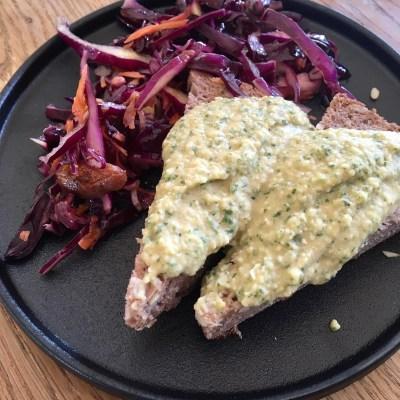 Corona lockdown dag 11: Lunch met rode koolsalade, desembrood en verse humus