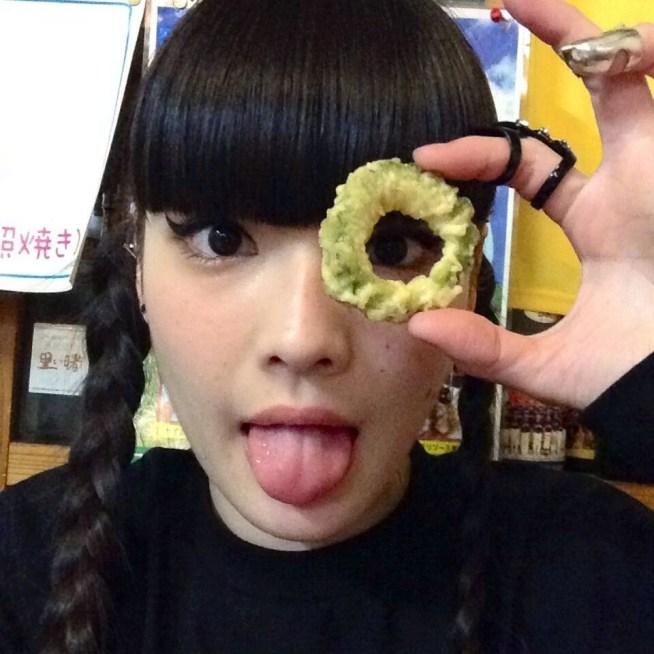 秋元梢の舌出し (17)