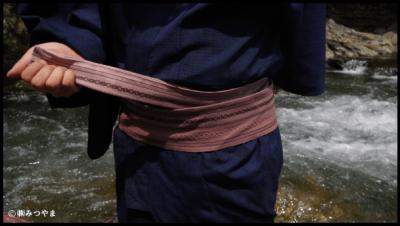 男の浴衣帯の結び方・胴に巻いていく3