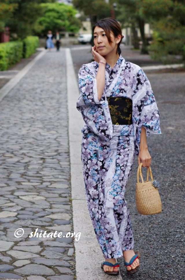 大徳寺を歩く白い浴衣女性