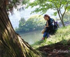 浴衣ポートレート・黒い浴衣の女性と池と木