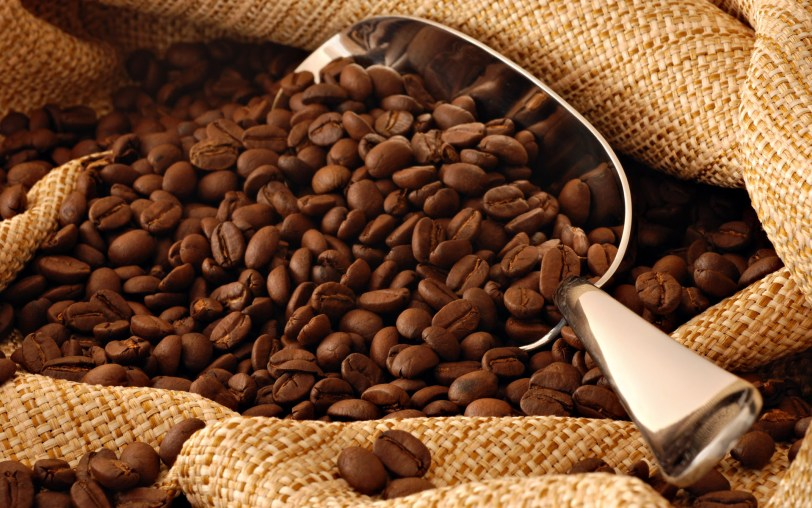 freegreatpicture-com-15297-coffee-and-coffee-beans-close-up