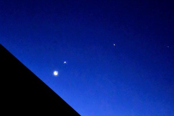 2019年2月1日朝。月の横に謎の星が2つ輝く!金星と木星のコラボだった