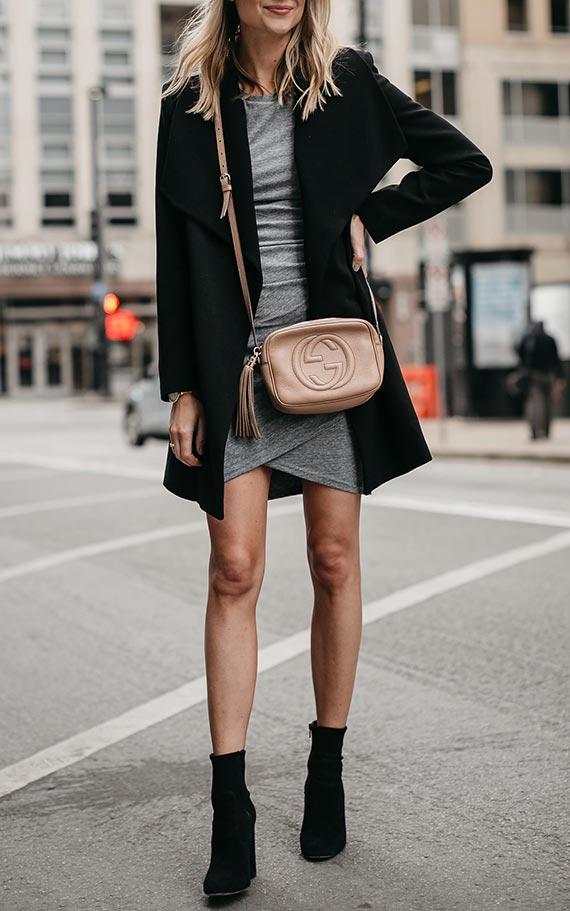 Outfit met grijze jurk, zwarte jas, enkel en beige tas