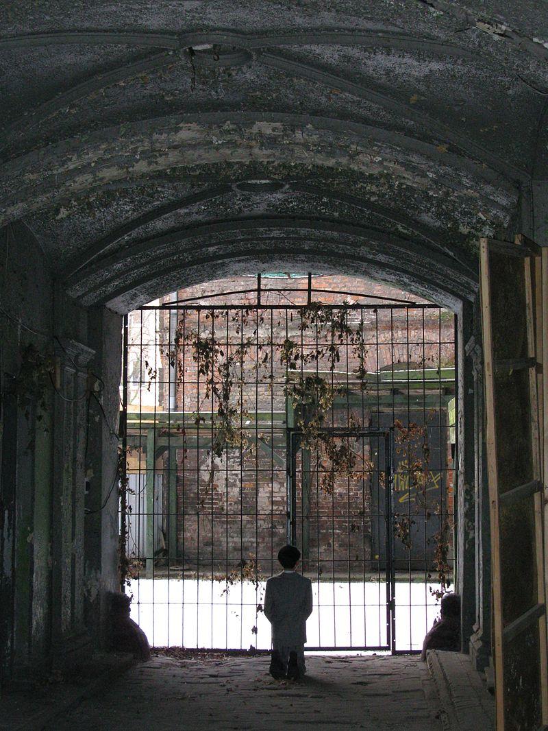 «HIM byMaurizio Cattelan in Warsaw Ghetto 2013» par Maciej Szczepańczyk, Wikimedia Commons. Sous licence CC BY-SA 3.0 via Wikimedia Commons.