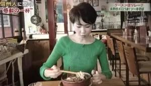 ソーキそばを食べる石井嘉穂アナウンサー