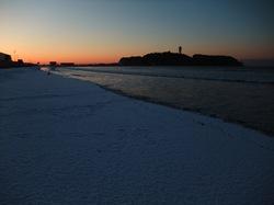 雪化粧した江ノ島の海岸