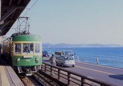 江ノ電のラッキー車両「木床+バス窓の300形」
