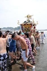 八坂神社と小動神社を神輿が行き交う江の島天王祭「神輿海上渡御」