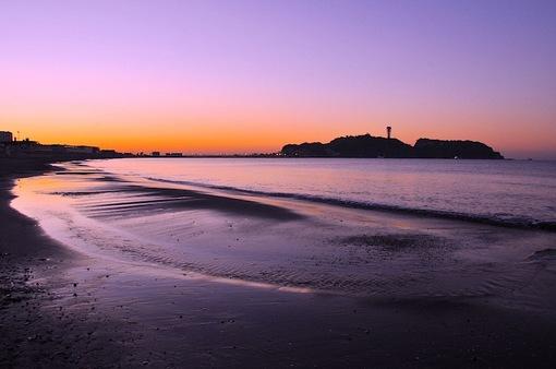 片瀬海岸西浜からの朝焼けに染まる江ノ島