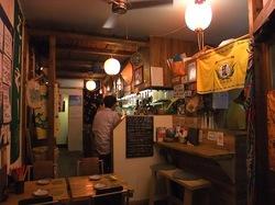 藤沢本町の創作沖縄料理「島結」の店内