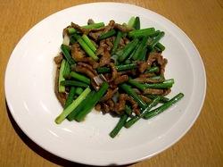 藤沢駅南口の台湾料理湘南火鍋房の牛肉の細切りとニンニクの芽炒め