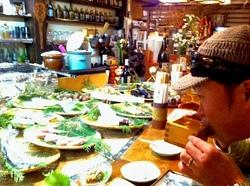 鎌倉小町通りの炉端焼き卯月の樽酒