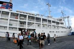 御蔵島に着港したかめりあ丸