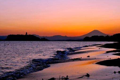 七里ガ浜から富士山に沈む黄金の夕日と満月