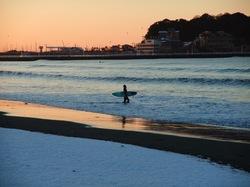 雪の江ノ島片瀬西浜海岸からの朝日