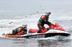 江ノ島片瀬海岸東浜海水浴場でレスキュー訓練する藤沢消防署水難救助隊